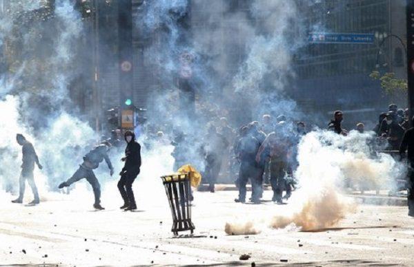 Ato em defesa da democracia e contra Bolsonaro acaba em choque com a polícia em São Paulo