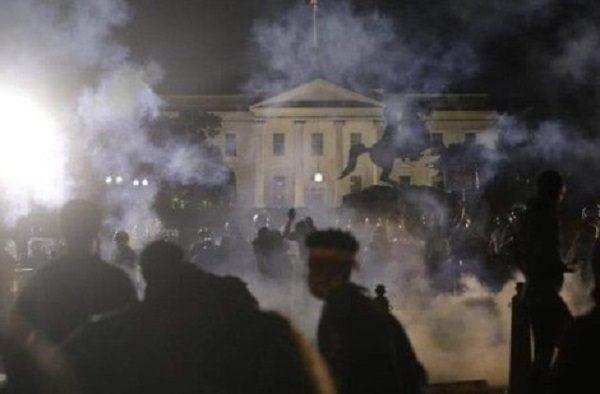 EUA em chamas: Manifestantes invadem Casa Branca, que apaga luzes pela primeira vez